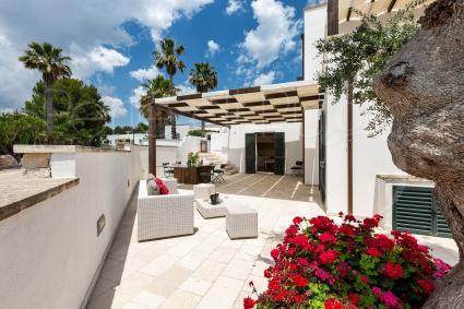 La casa si trova in un residence con piscina