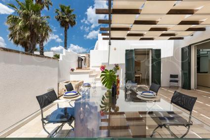 Vi è una spaziosa veranda arredata per pranzi e cene all`aperto