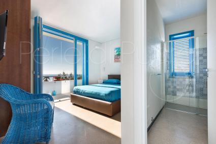 La camera ha aria condizionata, tv e frigo