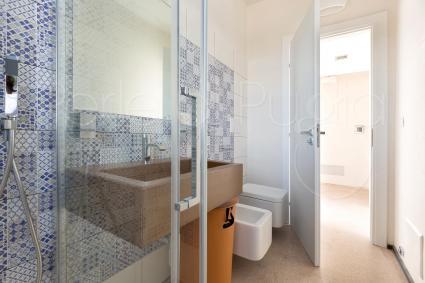La camera è completa di bagno doccia