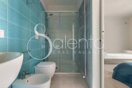 COMFORT è dotata di ampio bagno doccia en suite