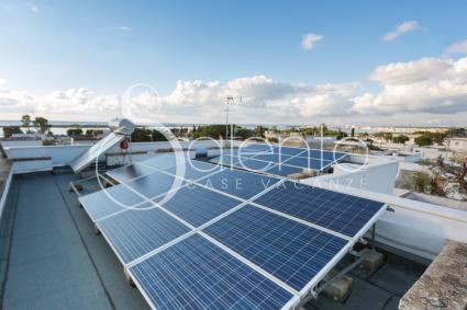 Sul tetto sono presenti i pannelli solari per l`autosostentamento energetico