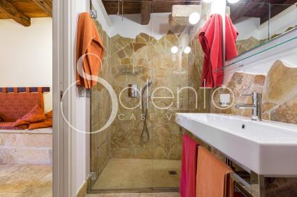 La doccia in pietra viva albanese con antica gronda