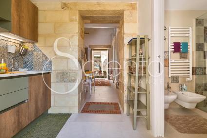 Si tratta di un grande open space con cucina superaccessoriata