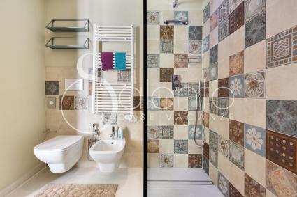 Il bagno moderno ha una grande doccia