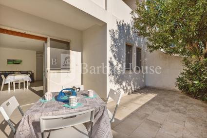 Trilo 4 - La casa è introdotta da una graziosa veranda con tavolino e sedie