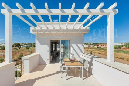 Ogni attico ha una veranda attrezzata per cenare all`esterno