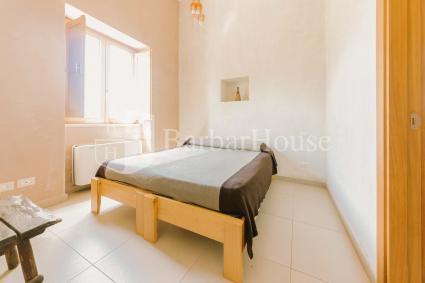 La camera è semplice, luminosa ed accogliente