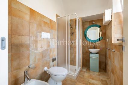 La camera ha il bagno doccia privato