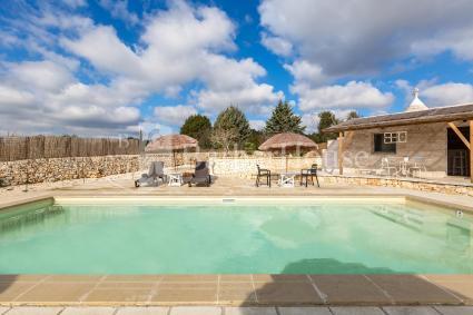 Attorno alla piscina vi è un ampio solarium con sdraio e ombrelloni