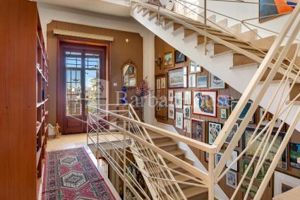Le scale portano al piano superiore